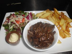 Uit eten bij de Steakerij houd ook een heerlijk lunch in met stoofpot, friet en salade. Je vind Het Drentse steakhuis de Steakerij in het hart van Drenthe