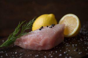 Mooie witte tonijn steak. een duurzaam stukje vis welke naast alle steaks ook te bestellen is in on s steakhouse. Ons steakhouse vind u in de buurt van Assen.