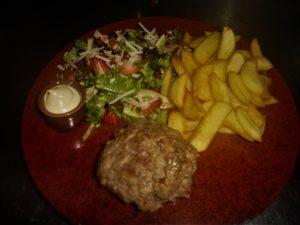 Glutenvrij lunchen met glutenvrije gehaktbal, glutenvrije friet en salade. Bij glutenvrij restaurant Drenthe in de buurt van Assen