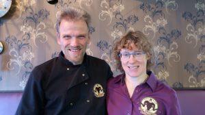 Wij zijn Roely Knorren en Henk Sikkens. Ons glutenvrij restaurant Drenthe is onze passie en onze uitdaging. Henk Staat in de keuken en bakt de steaks en Roely ontvangt en bediend de gasten in ons glutenvrije restaurant